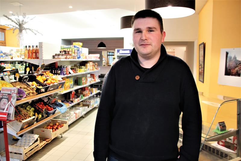 Anthony Hervé gère le seul commerce de Plufur. On y trouve un rayon épicerie, des journaux et aussi, important, un bar qui est devenu le lieu de rencontre de la commune.