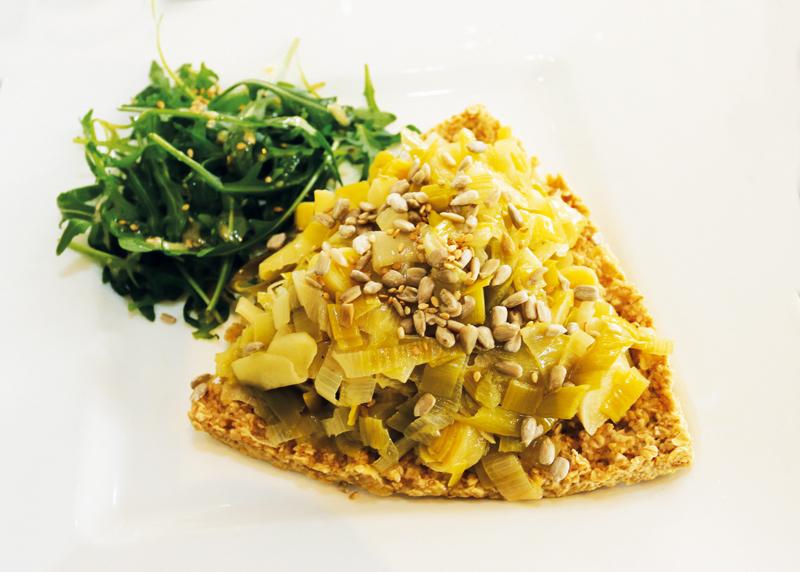 Cette appétissante «galette aux flocons d'avoine et sa fondue de poireaux» est une préparation végétarienne.