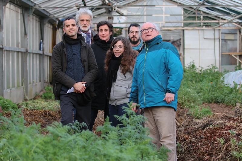 Bruno Gaspard, Anne Rastetter, Lucie, Simon et Dominique Seignoux et Rafik Belhout (au premier plan) se sont rejoints à la Serre afin de travailler à de nouveaux projets. Les bacs, d'environ 1 m3, sont essensiellement fabriqués avec des palettes de récupération.