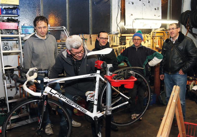 Les adhérents de Vélo Utile, ici à l'atelier de la rue du Légué, ne sont pas anti-voiture mais préconisent l'utilisation de la bicyclette au quotidien.