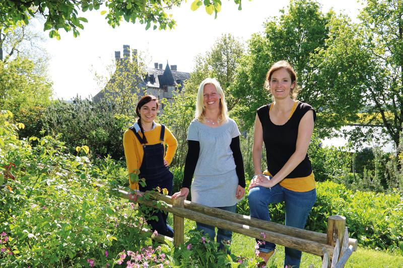 Julie Druon, Marie Chevalier animatrices nature et Solenne Le Dû, particulièrement chargée de la gestion écologique et de la médiation nature du domaine s'apprêtent à vivre un été intense à la Roche-Jagu