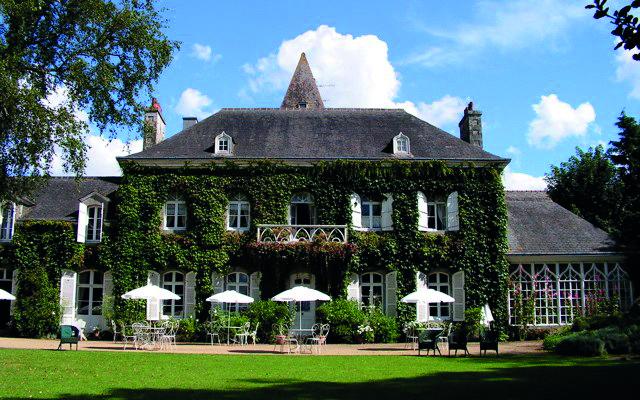 Le domaine du manoir de La Bruyère au Foeil (XVIIIe siècle) s'est spécialisé dans l'accueil des mariages dans un cadre atypique particulièrement séduisant (02 96 58 15 07).