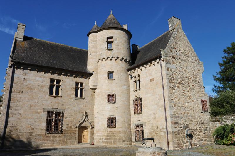Le manoir, magnifique, de la Ville-Daniel à Plaine-Haute dont la construction s'est achevée en 1559 est aujourd'hui classé monument historique. Il est possible d'y louer des gîtes (voir le site des Gîtes de France au n°22G310612).