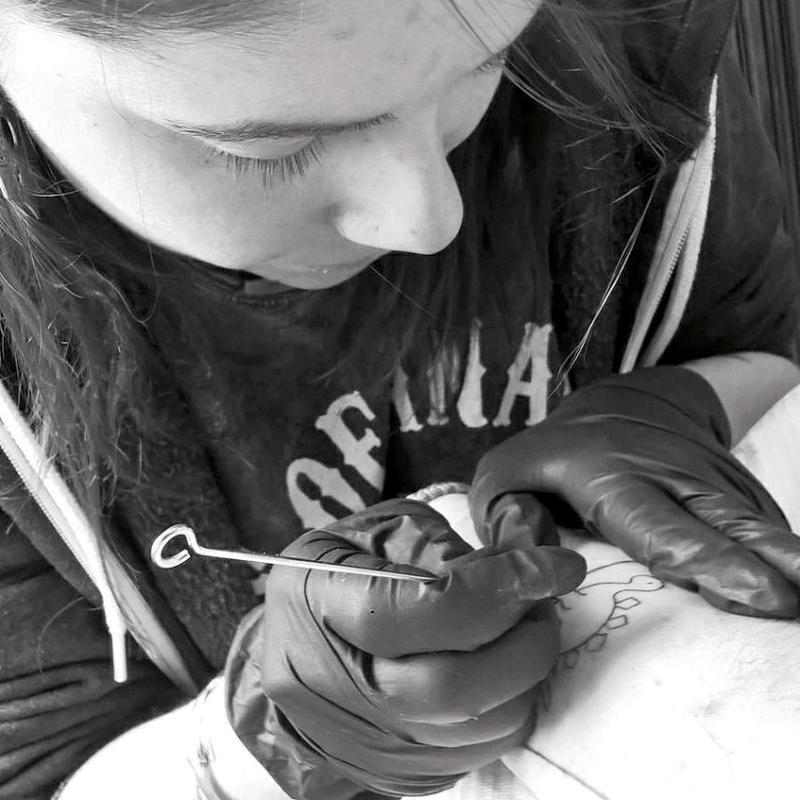 Nolwenn, la tatoueuse de Kumkhat travaille directement à la main.