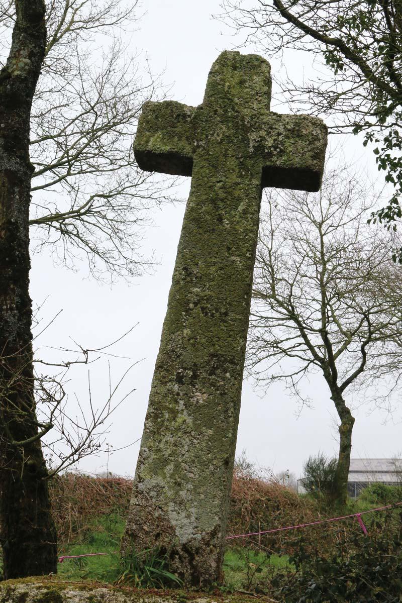 La Croix de Rhundault est située sur une ancienne voie gallo-romaine. C'est également la limite entre les communes de St-Gildas et Le Leslay. Cette croix est l'une des plus grandes croix monolithiques du haut Moyen-Age qui existe encore par chez nous.