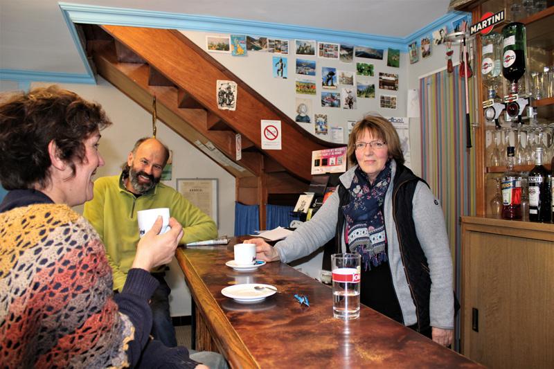 Le café/épicerie Roc'h Melen de Marie est le seul commerce ouvert en permanence.